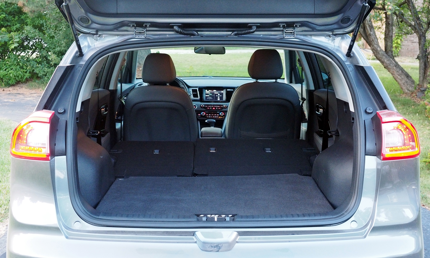 Kia Niro Photos: Kia Niro cargo area seat folded