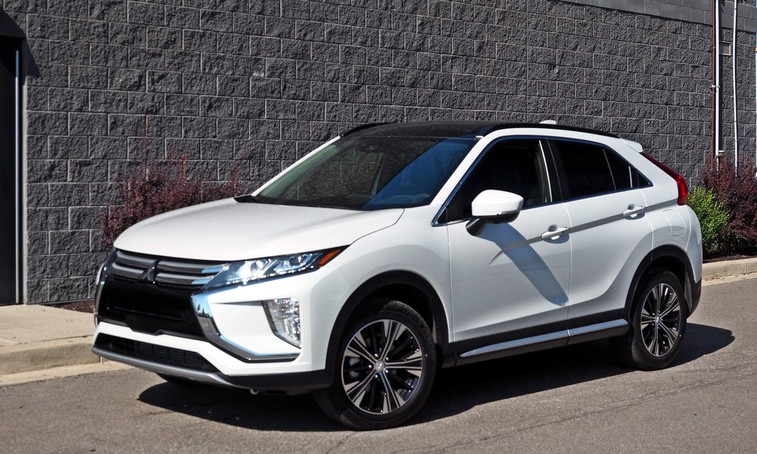 Mitsubishi Eclipse Cross Photos: 2018 Mitsubishi Eclipse Cross front quarter view