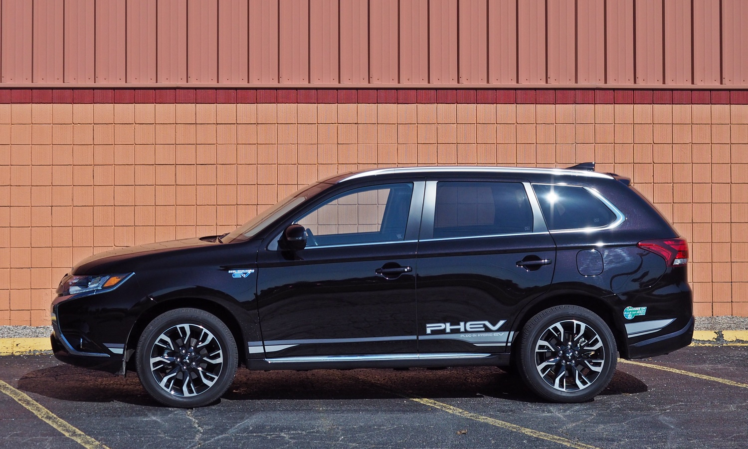 Mitsubishi Eclipse Cross Photos: Mitsubishi Outlander PHEV side view