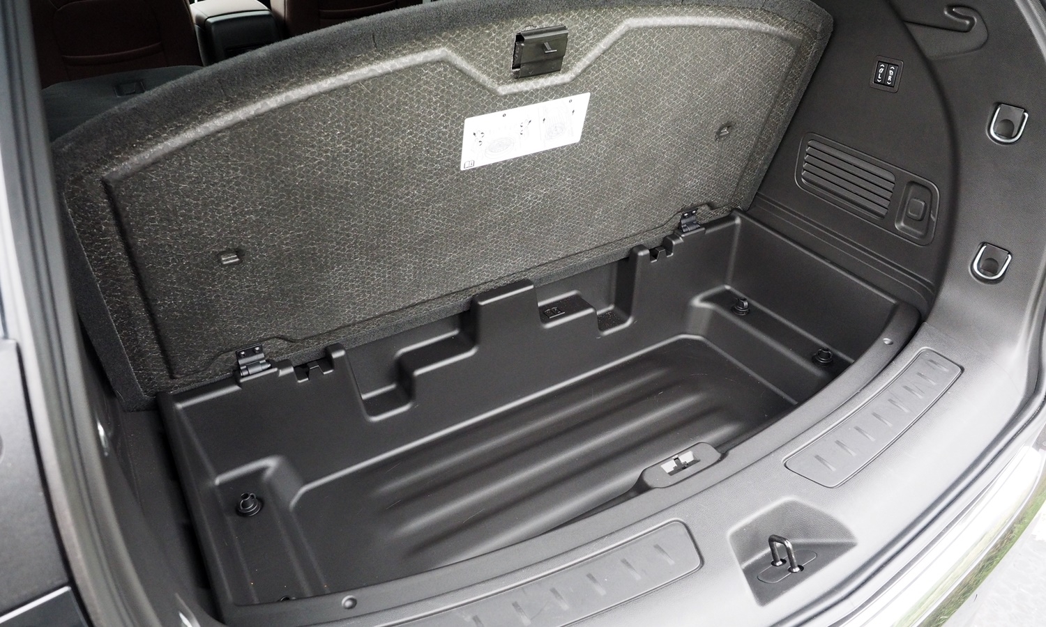 Buick Enclave Photos: Buick Enclave under-floor storage compartment